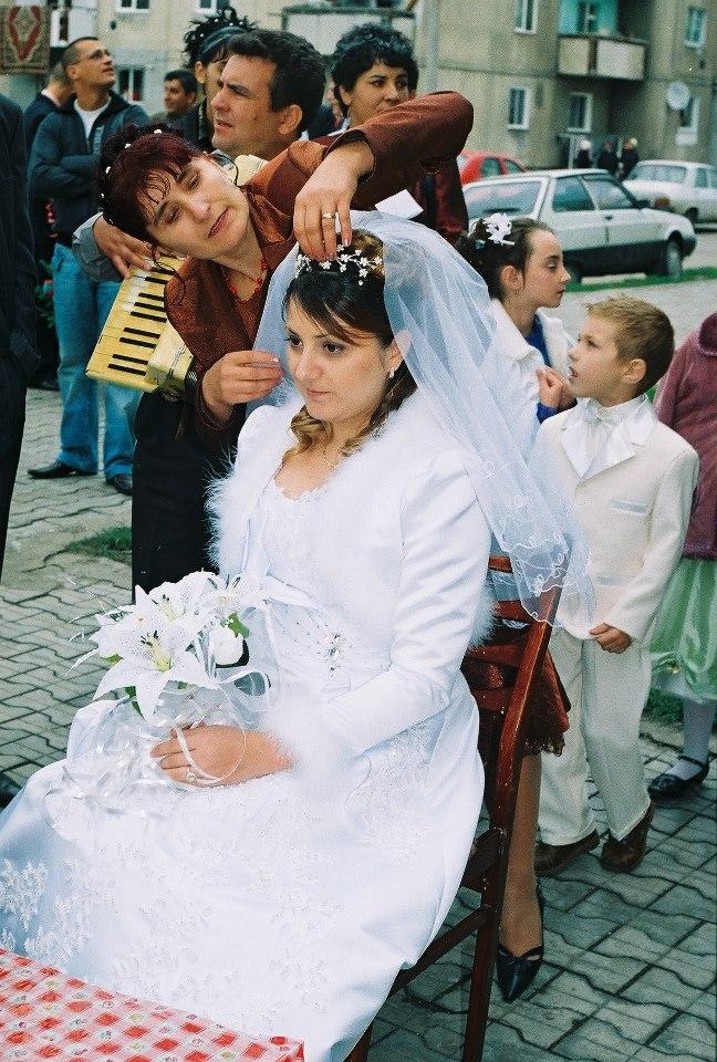 Noiva sendo preparada pela madrinha - foto arquivo pessoal