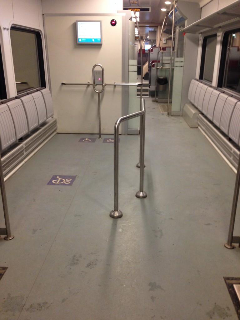 Vagão para carrinhos de bebês com acompanhante e para cadeirantes nos trens finlandeses. Arquivo pessoal.