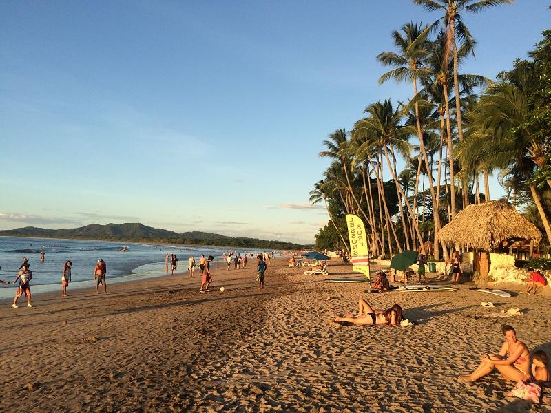 Ticos jogando futebol na beira da praia de Tamarindo