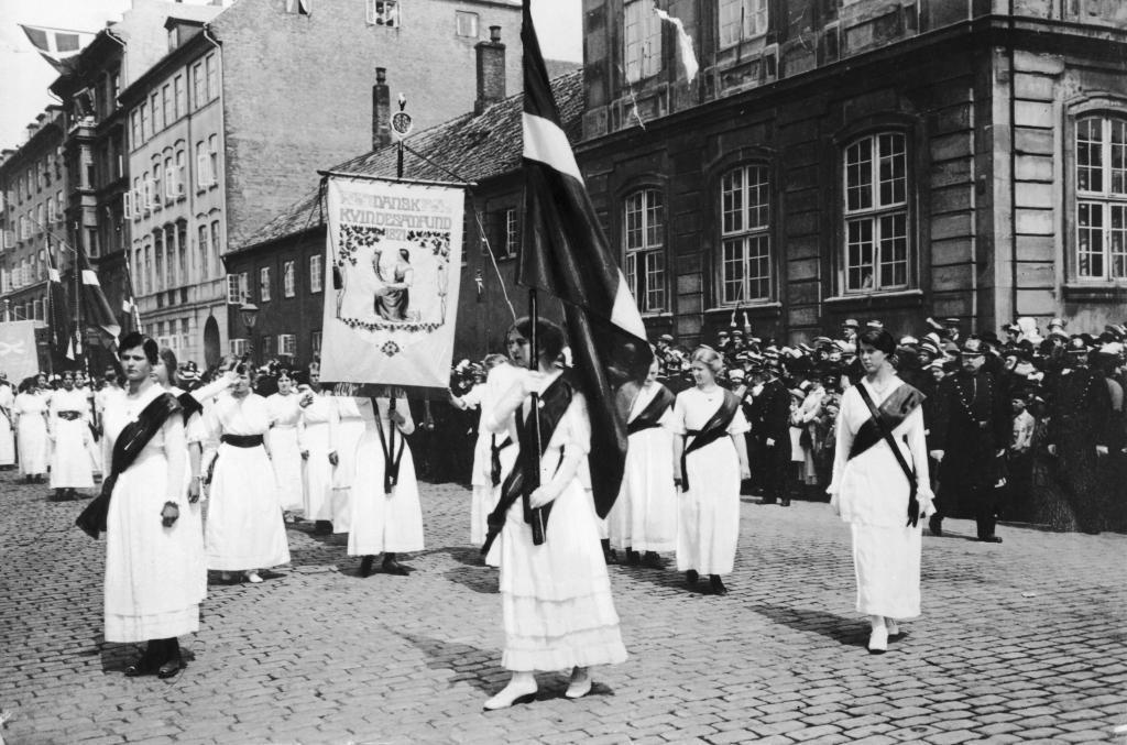 Mulheres nas ruas de Copenhague no dia 5 de junho de 1915, comemorando a conquista do direito ao voto. Foto: www.denstoredansk.dk