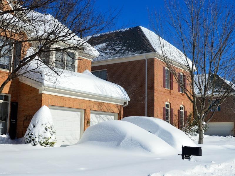 No dia seguinte, carros cobertos pela neve