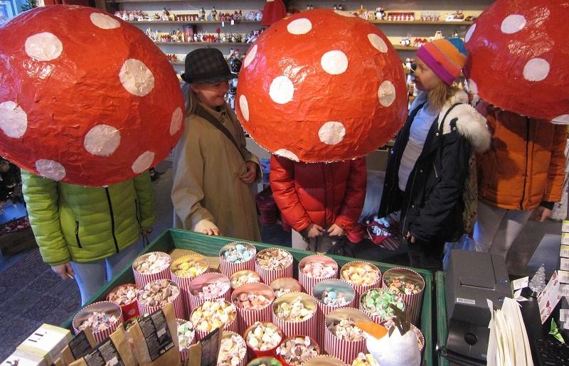 Cogumelos cantando para ganhar balas na quarta-feira de cinzas.