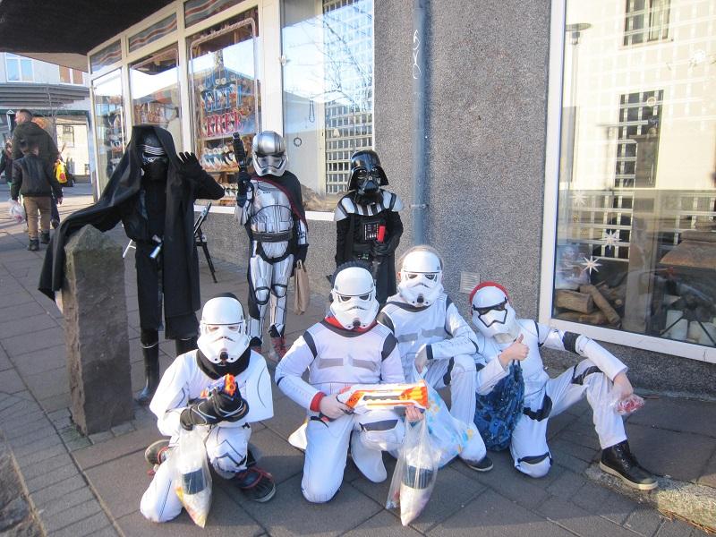 """Guerra nas Estrelas nas ruas de Reykjavik. Se fosse no Brasil, era um """"bloco Star Wars""""."""