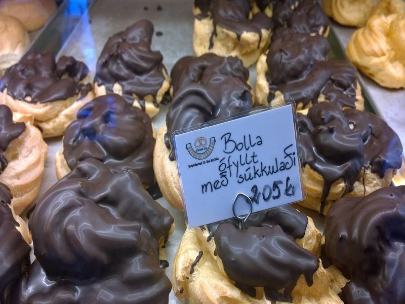 Essas têm recheio e cobertura de chocolate, mas a tradicional é recheada de chantilly.