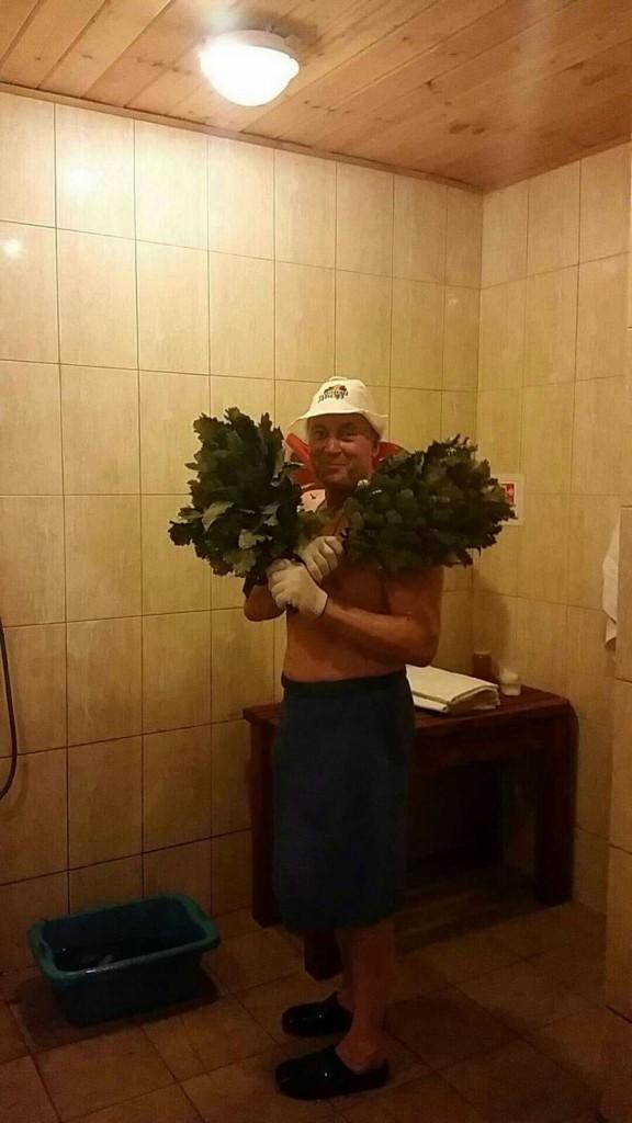 Funcionário russo da banya pronto para o ritual tradicional