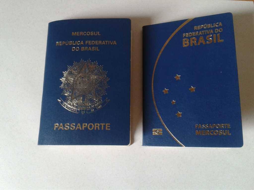 À esquerda passaporte antigo à direita o novo passaporte