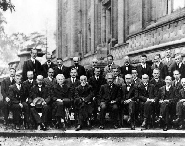 Marie Curie ( e também Albert Einstein, ao centro) na Conferência de Solvay em Bruxelas, em 1911.