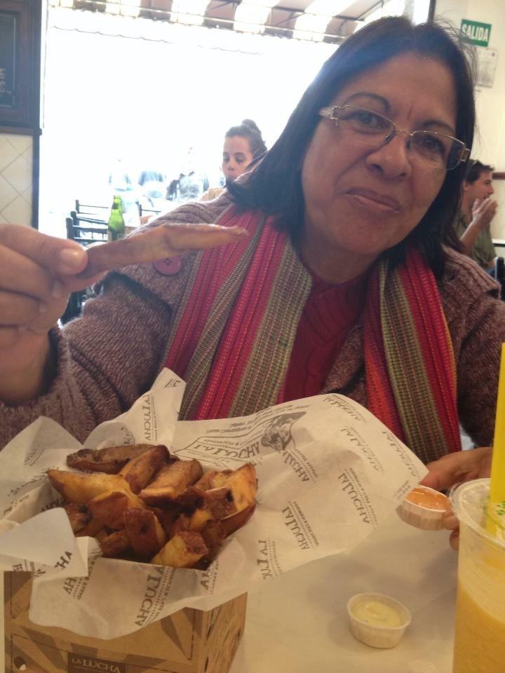 """Minha mãe, Dilma, experimentando as """"melhores batatas fritas do mundo""""."""