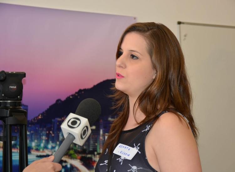 Renata, colunista do BPM de Moscou, Rússia, sendo entrevistada