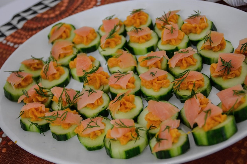 pepinos com creme de batata doce e salmão