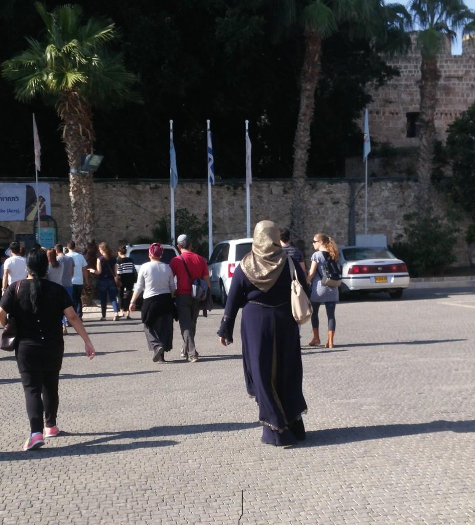 muçulmana em grupo de turistas judeus