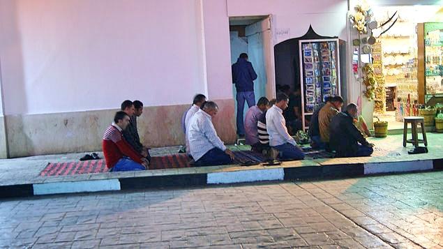 Egípcios fazendo a última reza do dia.