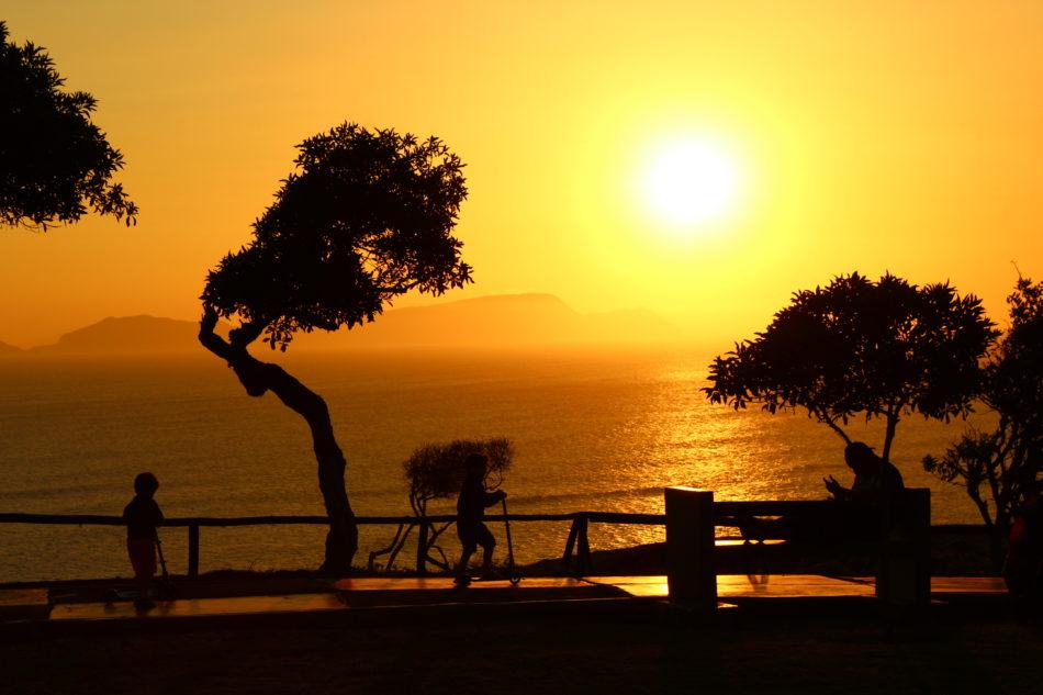 O lindo pôr-do-sol visto do Parque Maria Reiche.