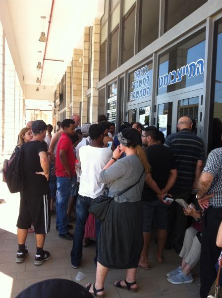 Pessoas aguardando abertura de repartição pública