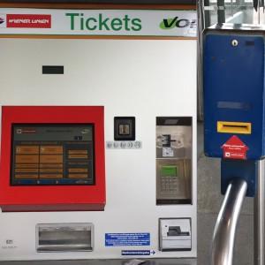 Máquina para comprar ticket e validar na caixa azul