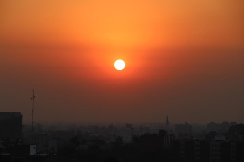 Nascer do sol na Cidade do México, em um dos dias decretados como contingência ambiental este ano
