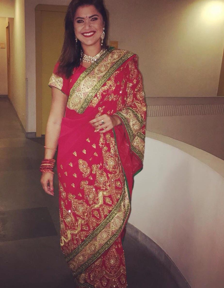 Ana Camila linda em um saree indiano indo prestigiar um casamento.