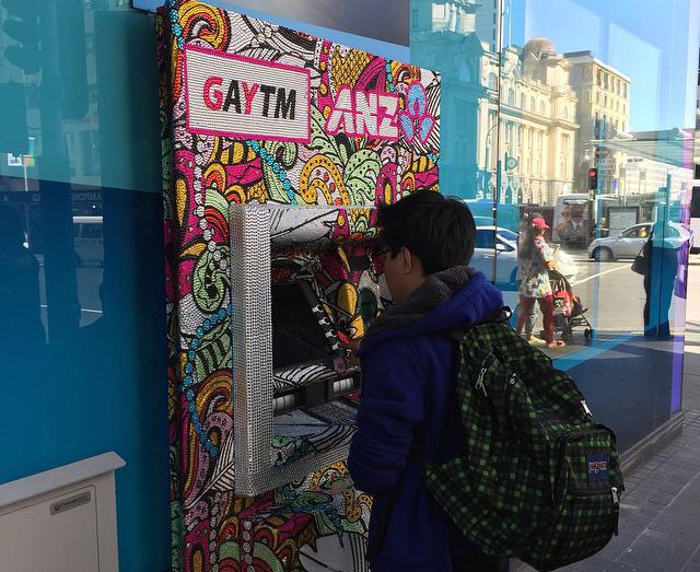 """Caixa eletrônico no centro de Auckland homenageando os gays com o """"GAYTM"""""""