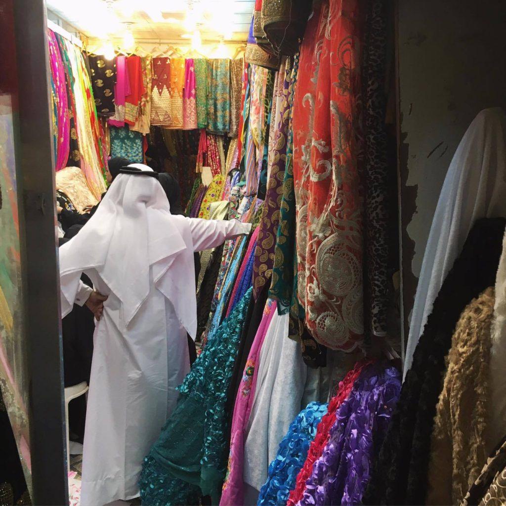 Negociante da loja de pashiminas e tecidos no Souq Waquif