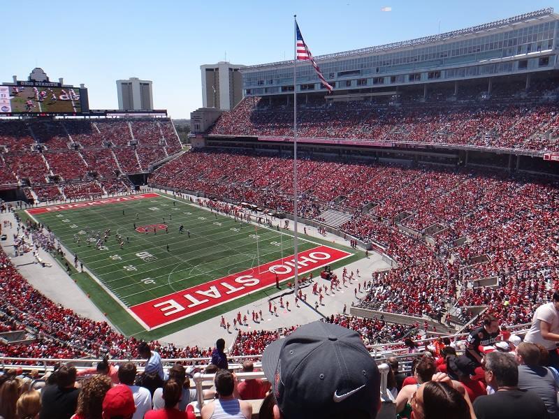 """O """"jogo da primavera"""" que precede a temporada de futebol americano no estádio da universidade custa US$ 5, mas os jogos oficiais do campeonato vão de US$ 50 a 200."""