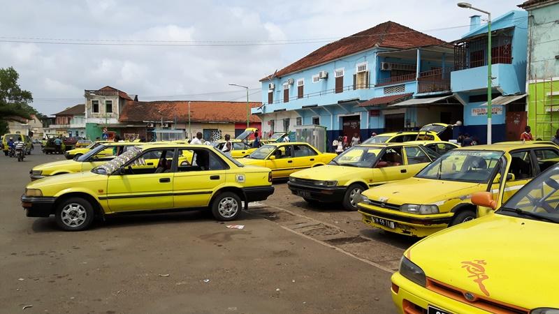 FOTO 3 - frota de táxis/lotadas no Centro de São Tomé