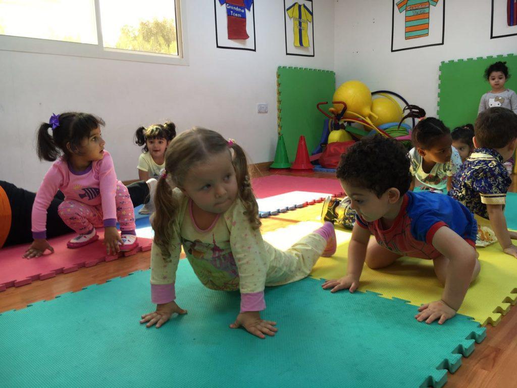 Festa do pijama - molecada fazendo yoga com a Miss Thais =)