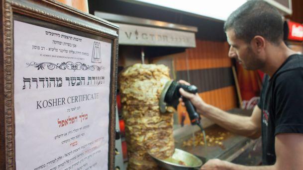 Exibição de certificado de observação das leis judaicas. Foto: Haaretz/divulgação