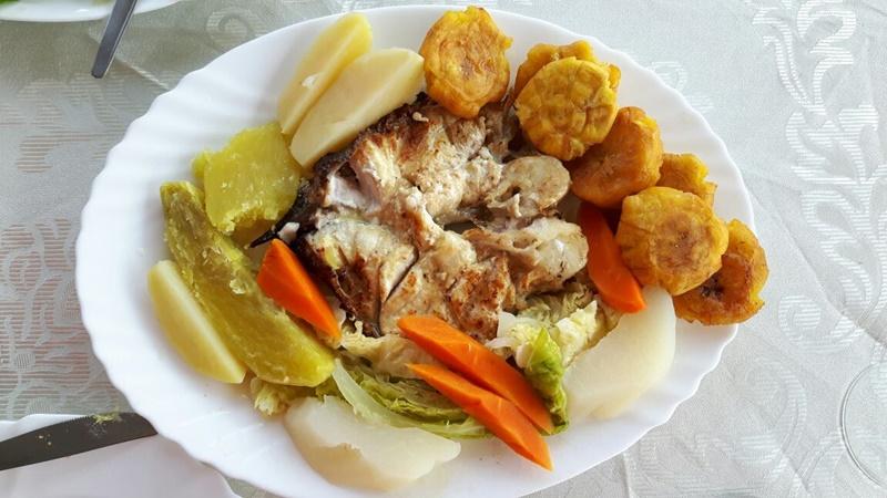 Prato típico de restaurante santomense - peixe com legumes