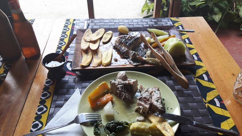 Prato típico em São tomé - peixe com legumes e banana.