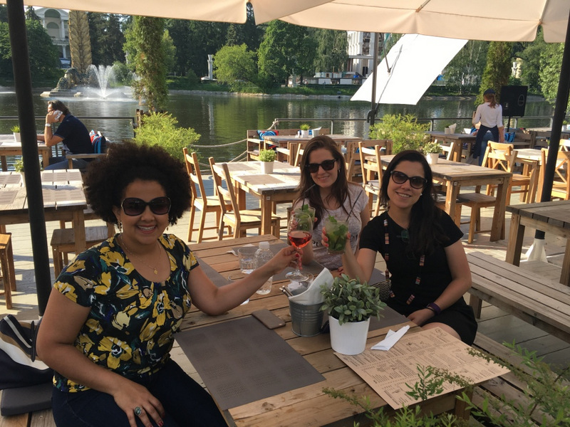 Drinks com as amigas em uma varanda no Parque VDNKH