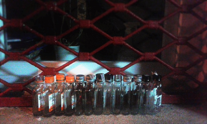 É comum encontrar garrafas de vodca vazias pelos cantos da cidade. Fonte: Arquivo pessoal.
