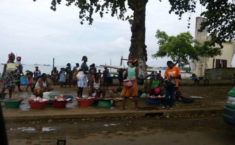 Mulheres em colônia de pescadores em São Tomé