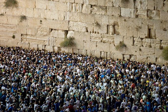 Milhares de pessoas rezam em frente ao Muro das Lamentações em Yom Kipur fonte:http://www.israel21c.org)