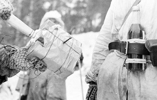 Soldado finlandês carregando coquetel molotov.
