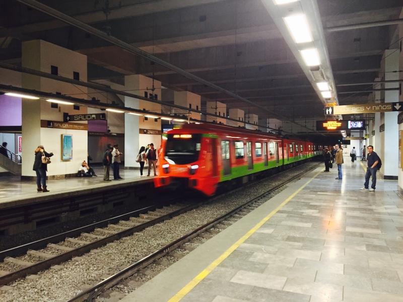Metrô da linha Dourada na Cidade do México - todas as linhas constam com vagões para mulheres e crianças durante a semana.