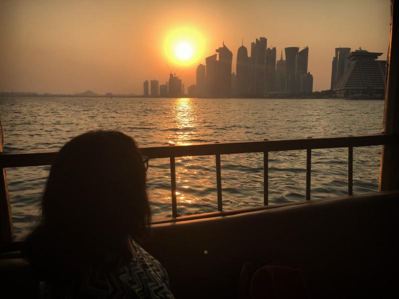 Mamãe admirando o pôr do sol na Dowh. Acervo pessoal.