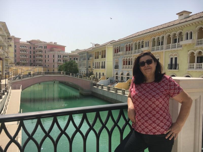 Mamãe posando no Qanat quartier( The Pearl). Acervo pessoal.