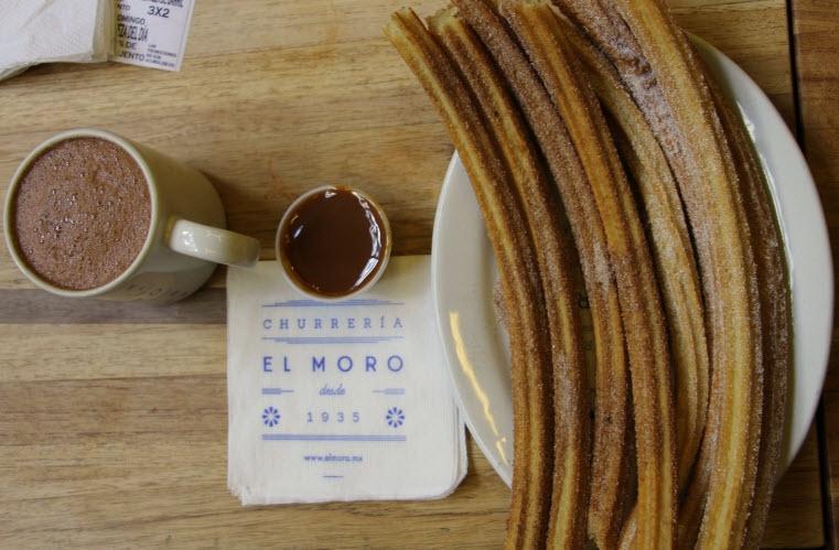 Churros e cajeta quemada (doce de leite queimado) do El Moro. De dar água na boca!