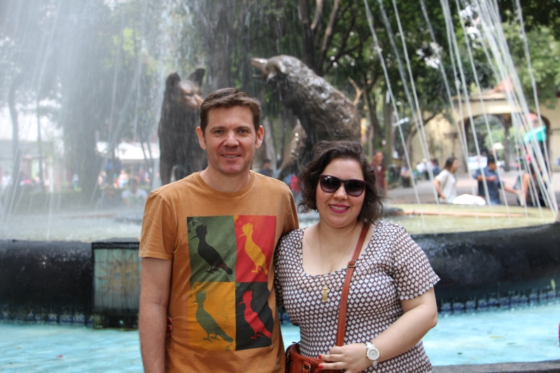 """Meus amigos Lici e Marci no Centro Histórico de Coyoacán, que do vocabulário indígena local significa """"lugar de coiotes"""""""