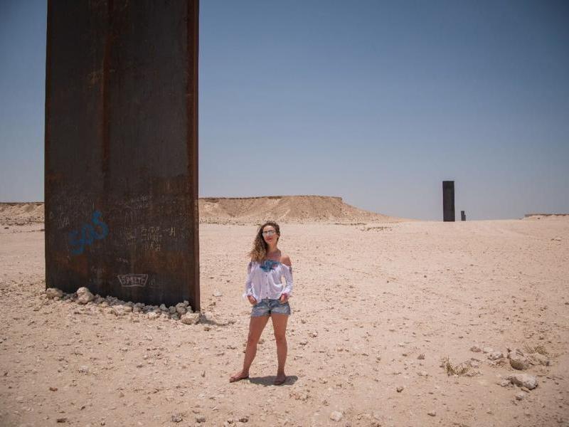 Em frente a escultura gigante do Richard Serra instalada na península de Zekreet. Foto por @thneves