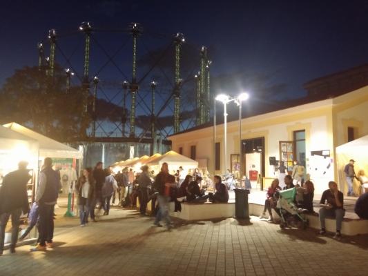 Além das baladas e bares, em Gazi encontra-se um espaço para feiras
