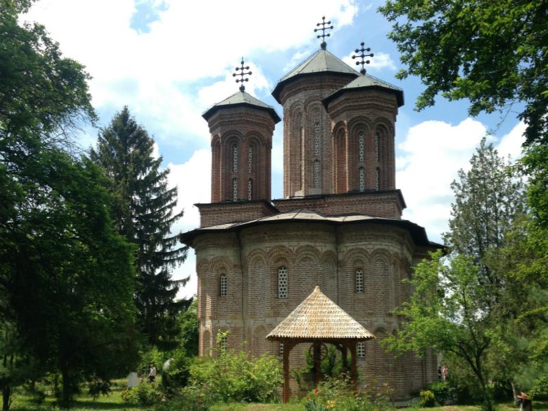 O Monastério de Snagov, na primavera: diz-se que após ser abatido pelos turcos, Vlad III foi enterrado nesse Monastério, próximo a Bucareste. Existe um túmulo com referencias a ele, aberto a visitas - Foto: arquivo pessoal