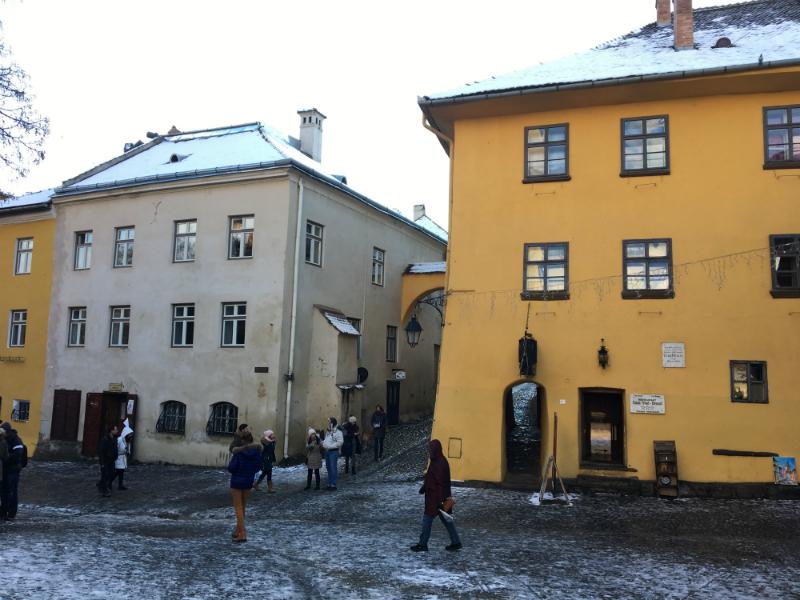 Sighisoara no inverno: à direita, a casa amarela onde Vlad III nasceu. Hoje funciona um restaurante - Foto: arquivo pessoal