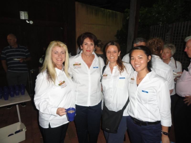 Com meu uniforme e minhas amigas Docents na nossa formatura (Arquivo Pessoal)