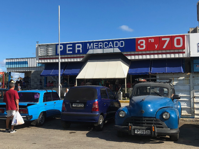 supermercados de Havana que ao invés de um nome possui o endereço onde se localiza.