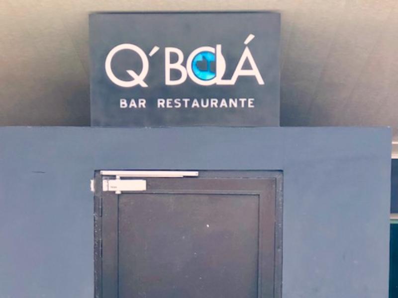 Q´Bolá como nome de bar e restaurante, usando o cubanês como identidade nacional