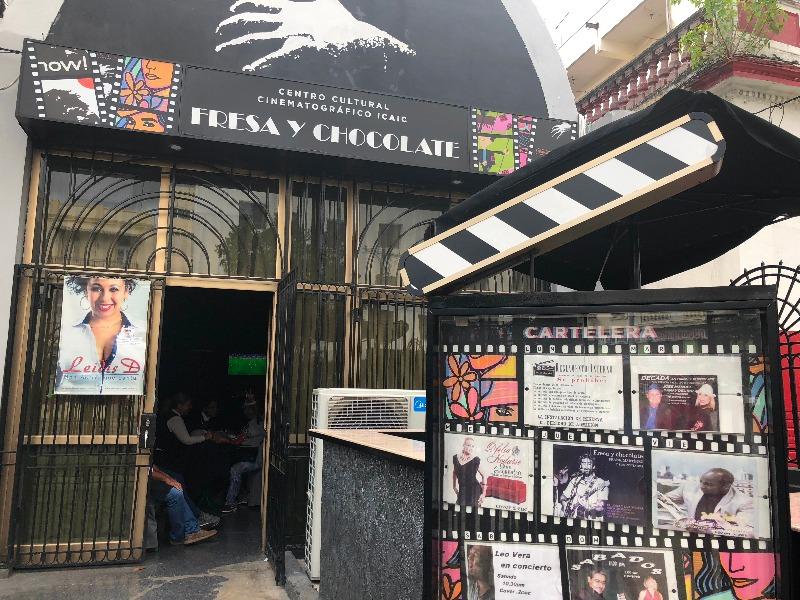 ICAIC ( Instituto de Cubano de Arte e Indústria Cinematográficos) com sua fachada decorada pelo emblemático filme cubano , ¨Fresa y Chocolate¨.