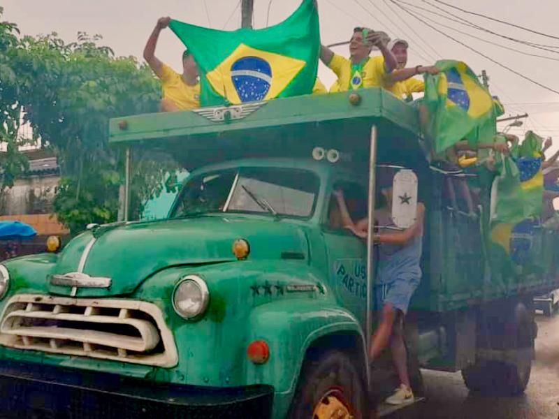 Foto torcida em cima do caminhão cidade Bauta, Cuba. Copa 2018.