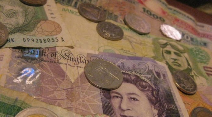 Foto de notas de dinheiro para pagar contas