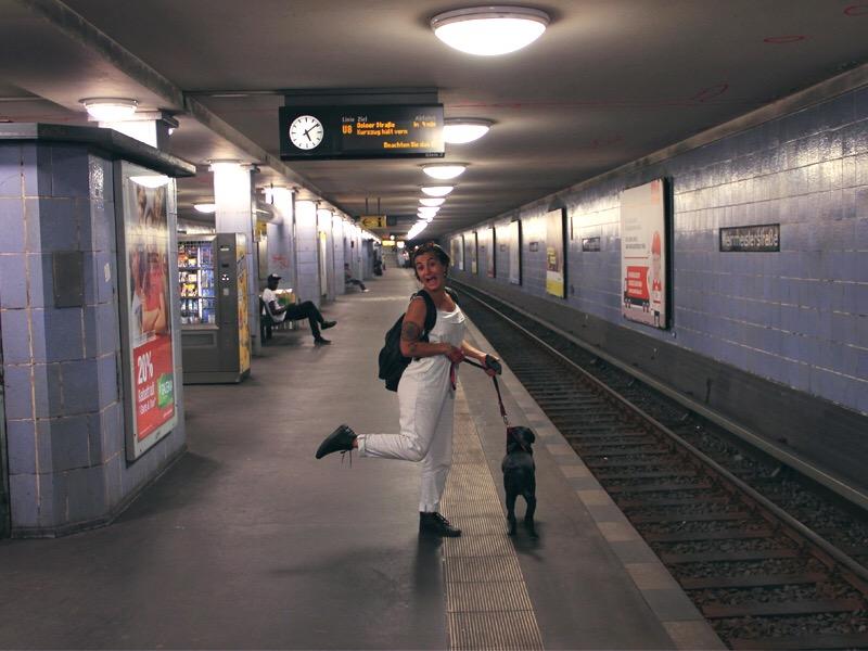 Nina e eu batendo perna nos metrôs de Berlim. Foto: Acervo pessoal
